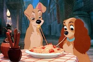 la belle et le clochard partage une assiette de spaghetti