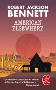 couverture poche de American elsewhere de Robert Jackson Bennett où l'on voit un paysage avec des cactus et une maison dans l'ombre